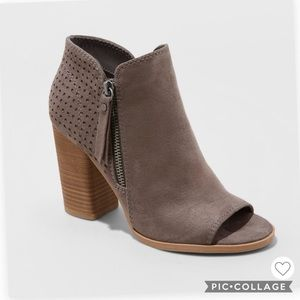 Universal Thread Open Toed Boots.